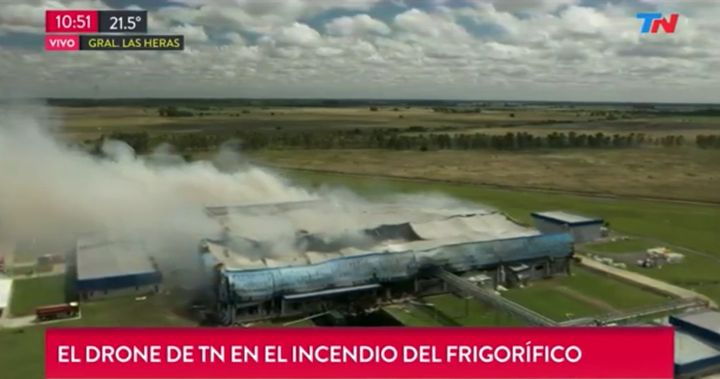 Flames race through the Cabaña Argentina meat processing plant on January 1. - TN News