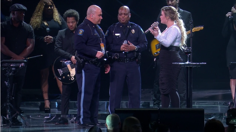 American Idol Star Kelly Clarkson Asks 2 Kansas Troopers to Join Her on Stage