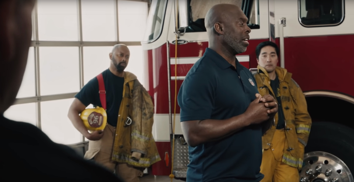 In the Verizon television commercial aired during the Super Bowl, Los Angeles Chargers head coach Anthony Lynn—who nearly died when struck by a car—reunited with the first responders who helped save his life.