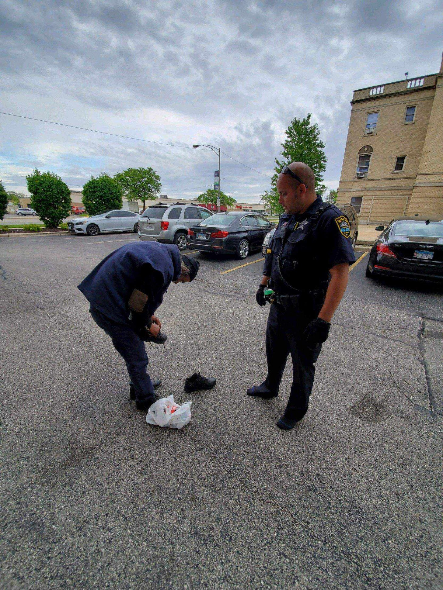 Illinois Officer Gives Homeless Man the Shoes off his own Feet