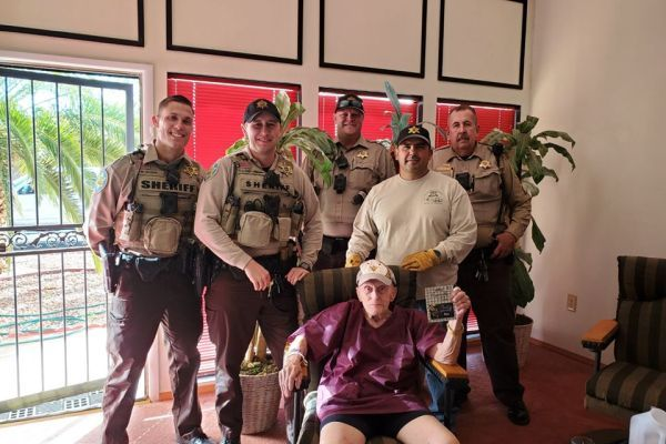 Deputies went out of their way to help a lonely elderly man. - Photo: Maricopa County (AZ) Sheriff's Office