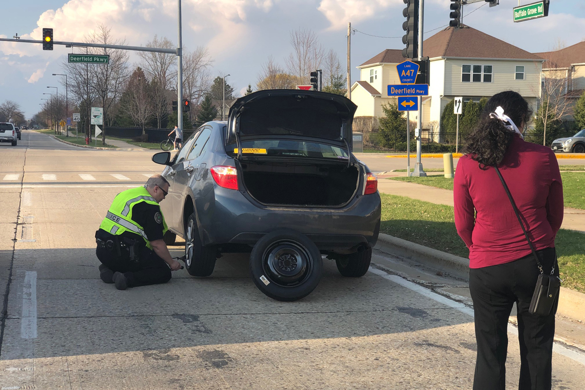 Illinois Officer Seen Changing Stranded Motorist's Tire