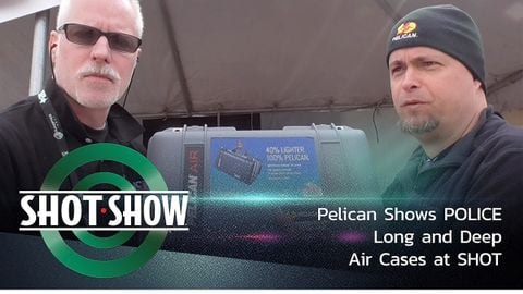 基思·斯文森(Keith Swenson)演绎POLICE Pelican'SHOT Show Industry Day上的长而深的鹈鹕航空箱...