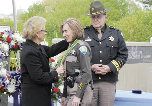 Then-governor Christine Gregoire presented the Washington Law Enforcement Medal of Honor to Deputy Krista McDonald of the Kitsap County (Wash.) Sheriff's Office. Photo courtesy of Kitsap County SO.