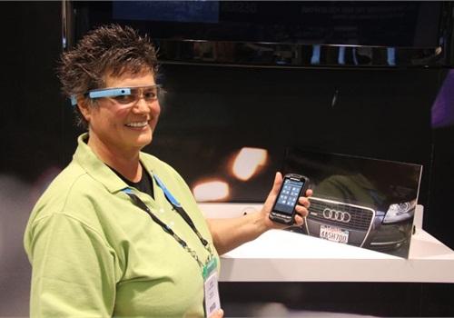 A Motorola representative demonstrates Google Glass with LPR.
