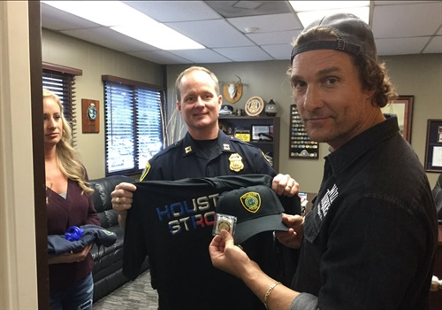 McConaughey teamed up with Wild Turkey to serve officers turkeys and bourbon and thanked them for their services during Hurricane Harvey. Photo: Houston PD / Twitter