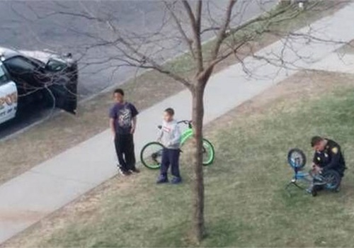 Officer Cody Remy saw a child working on his broken bike and stopped to help. (Photo: WFSB)