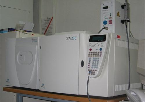 A ThermoQuest Trace GC 2000 gas chromatograph-mass spectrometer.CC_Wikimedia: Polimerek