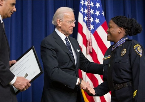 Vice President Joe Biden presents Officer Reeshemah Taylor with the Medal of Valor. Photo via White House.