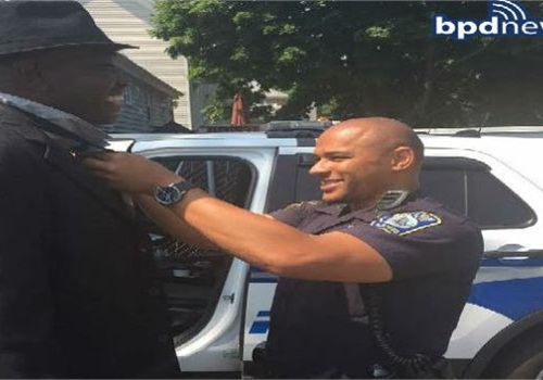 Officer ties man's necktie so he can go to church. (Photo: Boston PD)